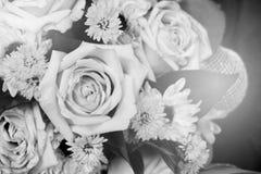 Schwarzweiss-Blumenstrauß mit Sonnenlichteffekt Stockfotografie