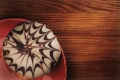 Schwarzweiss-Brötchen auf einem dunklen hölzernen Hintergrund Lizenzfreie Stockfotografie