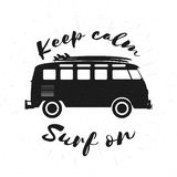Schwarzweiss-Bus des Retro- Schmutzes mit Surfbrettern Stockbild