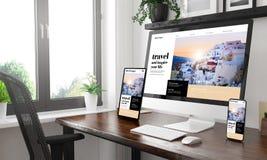 Schwarzweiss-Desktop mit drei Geräten, die Reiseblog zeigen lizenzfreies stockbild