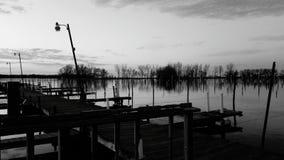 Schwarzweiss-Dock lizenzfreie stockfotografie