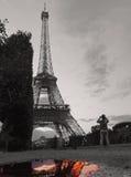 Schwarzweiss-Eiffelturm mit Pariser Farbe im Wasser Lizenzfreie Stockbilder
