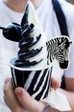 Schwarzweiss-Eiscreme in der Hand Stockfotografie