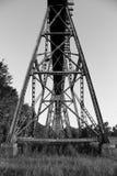 Schwarzweiss-Eisenbahn-Brücken-Unterstützungen Stockbild