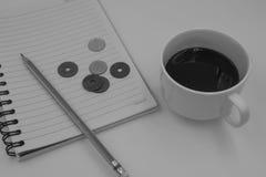 Schwarzweiss-Farbton-Kaffeetasse mit Buch für Hintergrund Stockbild