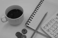 Schwarzweiss-Farbton-Kaffeetasse mit Buch für Hintergrund Stockbilder