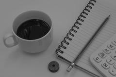 Schwarzweiss-Farbton-Kaffeetasse mit Buch für Hintergrund Stockfoto