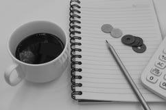 Schwarzweiss-Farbton-Kaffeetasse mit Buch für Hintergrund Lizenzfreie Stockbilder