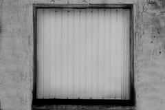 Schwarzweiss-Fenster auf Backsteinmauer Stockbild
