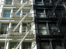 Schwarzweiss-Feuer-Treppe New York Stockbilder