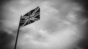 Schwarzweiss-Flagge Großbritanniens in einem Wind stock video