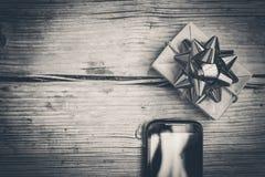 Schwarzweiss-Foto-, Bestellungs- und Lieferungsgeschenk auf Interniertem, Chris stockbilder