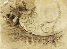 Schwarzweiss-Foto der antiken Weinlesehalskette auf Holztisch lizenzfreies stockfoto