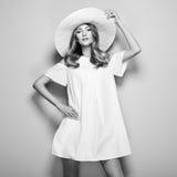 Schwarzweiss-Foto der jungen Frau im eleganten Kleid Lizenzfreies Stockbild