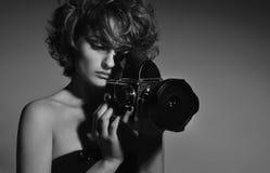 Schwarzweiss-Foto der schönen Modefrau, Modell mit Fotokamera Stockbild