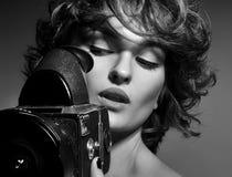 Schwarzweiss-Foto der schönen Modefrau, Modell mit Fotokamera Stockfotografie