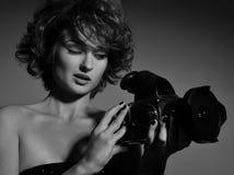 Schwarzweiss-Foto der schönen Modefrau, Modell mit Fotokamera Stockfotos