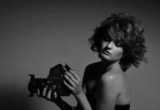 Schwarzweiss-Foto der schönen Modefrau, Modell mit Fotokamera Stockbilder