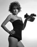 Schwarzweiss-Foto der Schönheit mit Fotokamera Lizenzfreie Stockbilder