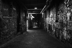 Schwarzweiss-Foto der schmutzigen Straße des alten Schmutzes Stockbild