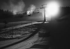 Schwarzweiss-Foto der Skisteigung in österreichischen Alpen am sonnigen Tag Stockfotos