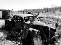 Schwarzweiss-Foto des alten verlassenen Weinleseautos Stockfoto