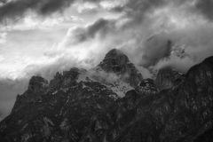 Schwarzweiss-Foto des bewölkten Sonnenuntergangs über Dolomitbergen Lizenzfreies Stockfoto