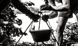 Schwarzweiss-Foto des Kochens von Gulasch bograch stockfotografie