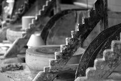 Schwarzweiss-Foto einer keramischen Werkstatt lizenzfreie stockbilder