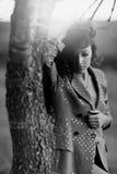 Schwarzweiss-Foto eines schönen Modells mit dem langen Haar Stockfotos