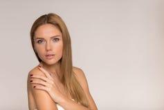 Schwarzweiss-Foto junger schöner Dame Lizenzfreies Stockbild