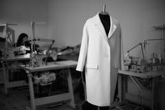 Schwarzweiss-Foto mit einem Mantel auf einem Mannequin in einem nähenden wor Lizenzfreie Stockfotografie