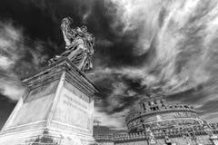 Schwarzweiss-Foto mit Statue des Engels von den Engeln überbrücken Stockfotografie