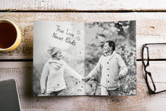 Schwarzweiss-Foto von älteren Paaren in der Herbstnatur, Studio Stockfoto