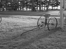 Schwarzweiss-Foto von antiken landwirtschaftlichen Maschinen Stockfoto