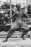Schwarzweiss-Foto von Bruce Lee-Statue Stockfoto