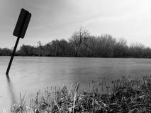 Schwarzweiss-Foto von ruhigem Fluss Stockfoto