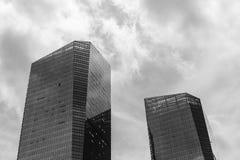 Schwarzweiss-Foto von zwei Wolkenkratzern gegen den Himmel Lizenzfreies Stockfoto