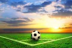 Schwarzweiss-Fußball auf dem Feld Lizenzfreie Stockbilder