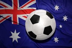 Schwarzweiss-Fußballball auf der Staatsflagge von Australien Lizenzfreies Stockbild