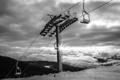 Schwarzweiss-Gebirgslandschaft mit Skiaufzug Sonnenaufgang über Karpatenberg in Ukraine stockbild