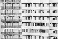 Schwarzweiss-Gebäudefenster Stockfotos