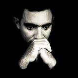 Schwarzweiss-Gesicht eines besorgten jungen Mannes Stockfotos