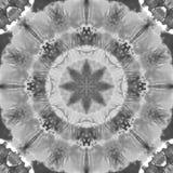 Schwarzweiss-Grayscale-Mandala mit handgemachter Beschaffenheit der Kunst Stockfotografie