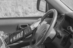 Schwarzweiss, hinter dem Wagenrad, welches das Mädchen hält lizenzfreies stockfoto