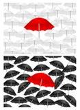 Schwarzweiss-Hintergründe mit rotem Regenschirm Stockfoto