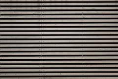 Schwarzweiss-Hintergrundbeschaffenheit mit horizontalen Streifen lizenzfreie stockbilder