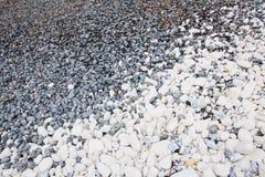 Schwarzweiss-Kiesel auf einem englischen Strand Stockfotografie