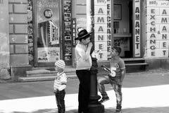 Schwarzweiss-Kinder auf der Straße Lizenzfreies Stockbild