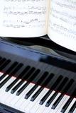 Schwarzweiss-Klaviertasten und Blattmusik Stockfotografie